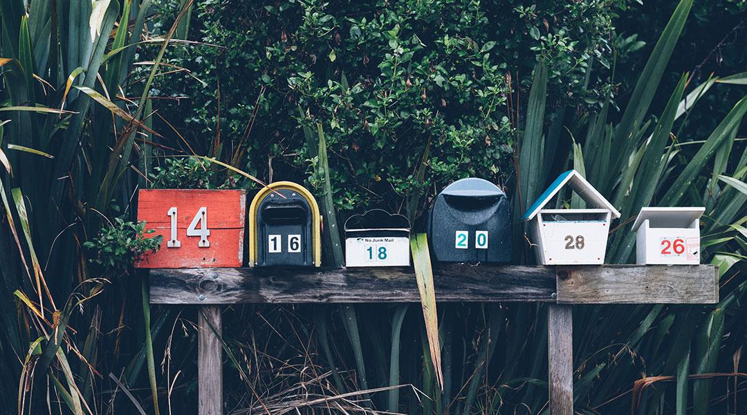 Amerikanische Briefkästen mit Nummern darauf geschrieben.
