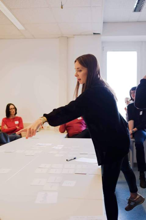 Teilnehmerin sortiert die Karten